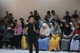Staf Khusus Presiden Joko Widodo dari kalangan millennial Gracia Billy Mambrassar (tengah) memberikan kuliah umum kepada mahasiswa di Universitas Teuku Umar (UTU) Meulaboh, Aceh Barat, Aceh, Senin (9/12/2019). Gracia Billy Mambrassar menyampaikan materi kuliah umum dengan tema