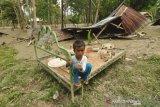 Seorang anak ditengah banjir bandang desa Poi Sigi