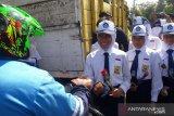 Peringati Hari Antikorupsi, Kejari Temanggung bersama pelajar bagikan bunga