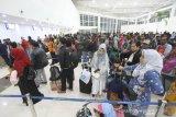 Sejumlah calon penumpang melakukan boarding pass di terminal baru Bandara Syamsudin Noor di Banjarbaru, Kalimantan Selatan, Selasa (10/12/2019). PT. Angkasa Pura I (Persero) resmi mengoperasikan terminal baru Bandara Syamsudin Noor tepat pukul 05.00 WITA pada Selasa (10/12/2019). Foto Antaranews Kalsel/Bayu Pratama S.
