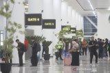 Sejumlah penumpang berada di ruang tunggu di terminal baru Bandara Syamsudin Noor di Banjarbaru, Kalimantan Selatan, Selasa (10/12/2019). PT. Angkasa Pura I (Persero) resmi mengoperasikan terminal baru Bandara Syamsudin Noor tepat pukul 05.00 WITA pada Selasa (10/12/2019). Foto Antaranews Kalsel/Bayu Pratama S.