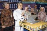 Direktur Utama Bank BJB Yuddy Renaldi (kiri) bersama Deputi Direktur Executive Analyst Economic and Financial Advisory Division Bank Indonesia Jawa Barat Gentur Wibisono (kedua kiri) dan Direktur Konsumer dan Ritel Suartini (ketiga kiri) memilih pemenang Program Bank BJB Perjalanan Religi di Bandung, Jawa Barat, Selasa (10/12/2019). Bank BJB memberangkatkan sebanyak 140 pemenang program Perjalanan Religi BJB kepada debitur pemeluk berbagai agama dalam rangka meningkatkan customer loyalty dan sebagai bentuk apresiasi kepada para debitur Kredit Retail dan Konsumer, khususnya debitur BJB Kredit Guna Bhakti (KGB) serta BJB Kredit Pra Purna Bhakti (KPPB). ANTARA JABAR/M Agung Rajasa/agr
