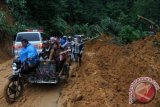 Jalan lintas Sumbar-Riau kembali dapat dilalui kendaraan