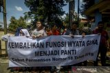 Sejumlah siswa disabilitas Wyata Guna melakukan aksi damai di Jalan Pajajaran, Bandung, Jawa Barat, Rabu (11/12/2019). Aksi tersebut merupakan lanjutan dari penolakan alih fungsi Wyata Guna serta meminta pemerintah untuk mencabut Permensos  nomor 18 Tahun 2018 yang dinilai dapat menghilangkan dan mengurangi kewajiban negara untuk mengayomi penyandang disabilitas. ANTARA JABAR/Raisan Al Farisi/agr