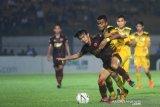 Pesepak bola Barito Putera Yakob Sayuri (kanan) berduel dengan pesepak bola PSM Makassar Rasyid Assahid Bakri (kiri) dalam pertandingan lanjutan Liga 1 2019 di Stadion Demang Lehman Martapura, Kalimantan Selatan, Rabu (11/12/2019). Barito Putera menang atas PSM Makassar dengan skor 3-2. Foto Antaranews Kalsel/Bayu Pratama S.