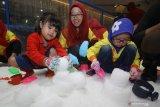 Anak-anak berkebutuhan khusus dari Down Syndrome School Bina Anak bermain salju di wahana
