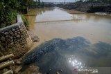 Kondisi limbah industri yang mencemari Sungai Citarum di Dayeuhkolot, Kabupaten Bandung, Jawa Barat, Rabu (11/12/2019). Walaupun telah diterbitkannya perpres Nomor 15 Tahun 2018 tentang Percepatan Pengendalian Pencemaran dan Kerusakan Daerah Aliran Sungai Citarum, sejumlah pabrik masih membuang limbahnya secara langsung ke aliran Sungai Citarum. ANTARA JABAR/Raisan Al Farisi/agr