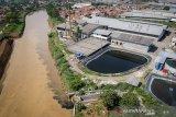 Foto udara kondisi limbah industri yang mencemari Sungai Citarum di Dayeuhkolot, Kabupaten Bandung, Jawa Barat, Rabu (11/12/2019). Walaupun telah diterbitkannya perpres Nomor 15 Tahun 2018 tentang Percepatan Pengendalian Pencemaran dan Kerusakan Daerah Aliran Sungai Citarum, sejumlah pabrik masih membuang limbahnya secara langsung ke aliran Sungai Citarum. ANTARA JABAR/Raisan Al Farisi/agr