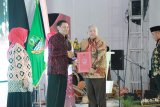 Bupati Tanjabbar Terima Penghargaan Peduli Hak Asasi Manusia Tahun 2019.