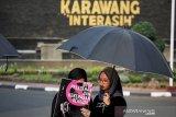 Sejumlah aktivis Hak Asasi Manusia (HAM) menggelar aksi Kamisan di Karawang, Jawa Barat, Kamis (12/11/2019). Dalam aksi ke-135 itu mereka menuntut pemerintah untuk segera menuntaskan kasus-kasus pelanggaran HAM dalam sektor pendidikan, kesehatan, eksploitasi Alam, pelecehan dan kekerasan seksual serat kebutuhan hidup layak buruh. ANTARA JABAR/M Ibnu Chazar/agr