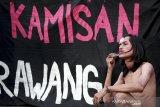 Seorang aktivis Hak Asasi Manusia (HAM) melakukan aksi teatrikal sat mengikuti aksi Kamisan di Karawang, Jawa Barat, Kamis (12/11/2019). Dalam aksi ke-135 itu mereka menuntut pemerintah untuk segera menuntaskan kasus-kasus pelanggaran HAM dalam sektor pendidikan, kesehatan, eksploitasi Alam, pelecehan dan kekerasan seksual serat kebutuhan hidup layak buruh. ANTARA JABAR/M Ibnu Chazar/agr