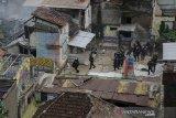 Petugas kepolisian melakukan pengamanan lahan saat pengosongan lahan dan pengamanan lahan RW 11 Tamansari, Bandung, Jawa Barat, Kamis (12/12/2019). Eksekusi lahan pemukiman warga RW 11 Tamansari yang dilakukan Petugas Gabungan Satpol PP, TNI dan Polisi untuk percepatan Proyek Rumah Deret tersebut ricuh dan dihadang warga karena dianggap masih menunggu putusan PTUN dalam kepemilikan tanah. ANTARA JABAR/Novrian Arbi/agr