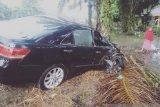 Mobil yang ditumpangi ibu Bupati Dharmasraya ringsek usai bersenggolan dengan truk