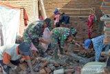 Kodim Sumbawa membersihkan rumah warga korban angin kencang