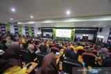 Suasana acara AXIS Pop Up Campus dengan topik mengenai peran perempuan sebagai pemimpin era digital di Universitas Lambung Mangkurat, Banjarmasin, Kalimantan Selatan, Kamis (12/12/2019). XL Axiata melalui brand Axis menggelar acara Pop Up Campus dengan tema Be The Future Starter with AXIS, sebagai ajang untuk meningkatkan pemahaman dan kualitas para peserta yang merupakan mahasiswa asal banjarmasin dan sekitarnya dalam hal pemanfaatan teknologi digital. Foto Antaranews Kalsel/Bayu Pratama S.