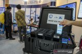 Pengunjung melihat produk teknologi gawai Smart Edu yang dipamerkan pada pameran produk program penelitian, pengabdian kepada masyarakat dan inovasi di ITB, Bandung, Jawa Barat, Kamis (12/12/2019). Produk yang dipamerkan tersebut merupakan hasil riset, penelitian dan pengembangan ITB yang diharapkan mampu menjadi inovasi dan daya saing indonesia di bidang teknologi yang bermanfaat bagi masyarakat. ANTARA JABAR/Novrian Arbi/agr