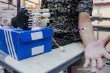 Peneliti ITB menunjukkan penggunaan teknologi tangan bionik yang dipamerkan pada pameran produk program penelitian, pengabdian kepada masyarakat dan inovasi di ITB, Bandung, Jawa Barat, Kamis (12/12/2019). Produk yang dipamerkan tersebut merupakan hasil riset, penelitian dan pengembangan ITB yang diharapkan mampu menjadi inovasi dan daya saing indonesia di bidang teknologi yang bermanfaat bagi masyarakat. ANTARA JABAR/Novrian Arbi/agr