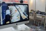 Pengunjung melakukan pengecekan medis saat peluncuran purwarupa Perangkat Medis Non Invasive Vascular Analyzer (NIVA) di Gedung CRCS ITB, Bandung, Jawa Barat, Kamis (12/12/2019). PT. Selaras Cinta Nusantara Perkasa (SCNP) bersama ITB meluncurkan perangkat medis NIVA yang merupakan perangkat pendeteksi dini penyakit Kardiovaskular dan kesehatan pembuluh darah manusia yang mampu mendeteksi  dan mendiagnosa awal penyakit seperti kanker, stroke, serangan jantung dan diabetes. ANTARA JABAR/Novrian Arbi/agr