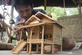 Perajin menyelesaikan kerajinan miniatur rumah dari bambu di Desa Tempuran, Karawang, Jawa Barat, Kamis (12/11/2019). Pemerintah mengeluarkan kebijakan untuk  menurunkan suku bunga Kredit Usaha Rakyat (KUR) dari 7 persen menjadi 6 persen per tahun guna mengembangkan dan mempercepat pertumbuhan industri Usaha Mikro, Kecil, Menengah (UMKM) yang berlaku pada 2020 mendatang. ANTARA JABAR/M Ibnu Chazar/agr