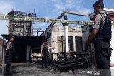 Lampu hias picu kebakaran menghanguskan sebuah rumah