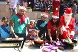 Relawan dengan mengenakan kostum Santaclaus memasak makanan sarapan pagi dalam kegiatan Sarapan Bersama Santa di halaman Malang Town Square, Malang, Jawa Timur, Kamis (12/12/2019). Kegiatan yang diikuti ratusan siswa TK tersebut diadakan untuk memeriahkan Natal. Antara Jatim/Ari Bowo Sucipto/zk