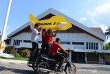 Anggota Yayasan Advokasi Rakyat Aceh (YARA) menumpang becak mesin mengusung miniatur pesawat N219 dan mobil dinas saat tiba di DPR Aceh, Banda Aceh, Aceh, Kamis (12/12/2019. YARA mendesak DPR Aceh untuk meminta Plt Gubernur Aceh, Nova Iriansyah membatalkan rencana pembelian empat unit pesawat perintis N 2019 dengan harga 24 juta dolar AS sudah dilakukan perjanjian kerjasama dengan PT Dirgantara Indonesia (Persero) pada Senin (9/12/2019) dan selain pengadaan sejumlah mobil mewah. Antara Aceh/Ampelsa.