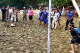 Hendrajoni buka turnamen bola pantai di Carocok Painan, mencari pemain berbakat