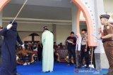Berjudi, dua oknum ASN di Nagan Raya Aceh dihukum cambuk
