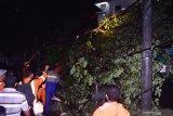 Petugas membersihkan pohon tumbang yang menutup jalan akibat angin kencang di kawasan Stasiun Kereta Api di Kota Madiun, Jawa Timur, Jumat (13/12/2019) malam. Bencana angin kencang mengakibatkan sejumlah pohon tumbang dan bangunan rusak. Antara Jatim/Siswowidodo/zk