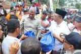 Gubernur NTB menyerahkan bantuan warga terdampak puting beliung Dompu