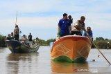 Anggota Dewan Perwakilan Rakyat Aceh (DPRA) Fraksi Partai Amanat Nasional (PAN) Fuadri (kedua kiri) bersama warga meninjau muara yang dangkal di Kecamatan Meureubo, Aceh Barat, Aceh, Jumat (13/12/2019). Panglima Laut Lhok Meureubo Abu Samah mengaku, dangkalnya muara sungai sepanjang 1.700 meter yang terjadi sejak dua tahun terakhir mengakibatkan armada nelayan di kawasan itu susah untuk keluar masuk muara dan nelayan sangat mengharapkan bantuan Pemerintah untuk melakukan pengerukan atau normalisasi agar bisa memajukan perekonomian masyarakat pesisir baik dari sektor pendapatan maupun wisata. Antara Aceh/Syifa Yulinnas.