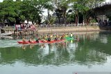 Pedagang di Sungai Batang Arau ramai pembeli saat kegiatan festival selaju sampan