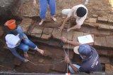 Arkeolog dari tim Balai Pelestarian Cagar Budaya (BPCB) Trowulan melakukan eskavasi pada struktur bata kuno yang ditemukan di Situs Pendem, Batu, Jawa Timur, Sabtu (14/12/2019). bagian dari sebuah candi atau tempat pemujaan yang dibangun di era pra kerajaan Majapahit di abad 11 Masehi. Antara Jatim/Ari Bowo Sucipto/zk