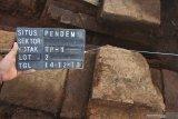 Arkeolog dari tim Balai Pelestarian Cagar Budaya (BPCB) Trowulan menandai struktur bata kuno yang ditemukan saat eskavasi di Situs Pendem, Batu, Jawa Timur, Sabtu (14/12/2019). bagian dari sebuah candi atau tempat pemujaan yang dibangun di era pra kerajaan Majapahit di abad 11 Masehi. Antara Jatim/Ari Bowo Sucipto/zk