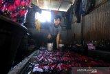 Pekerja melakukan pewarnaan kain di salah satu rumah produksi kain sasirangan di Sungai Jingah, Banjarmasin, Kalimantan Selatan, Sabtu (14/12/2019). Rumah produksi kain sasirangan tersebut, dalam sehari mampu memproduksi 50 lembar hingga 300 lembar kain sasirangan dengan harga Rp 65 ribu hingga Rp 250 ribu per lembar tergantung jenis kainnya. Foto Antaranews Kalsel/Bayu Pratama S.