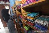 Pengunjung melihat kain sasirangan di rumah produksi Zahra Sasirangan di Sungai Jingah, Banjarmasin, Kalimantan Selatan, Sabtu (14/12/2019). Rumah produksi kain sasirangan tersebut, dalam sehari mampu memproduksi 50 lembar hingga 300 lembar kain sasirangan dengan harga Rp 65 ribu hingga Rp 250 ribu per lembar tergantung jenis kainnya. Foto Antaranews Kalsel/Bayu Pratama S.