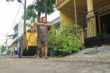 Guru Dwi menambah penghasilan dengan menjadi tukang sampah