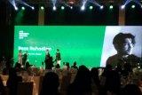 Reza Rahadian meraih penghargaan LINE Indonesia