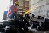 Pekerja menyelesaikan pembuatan cangkul di Industri Kecil Menengah (IKM) di kawasan CV. Netral Jaya Purworejo, Kota Pasuruan, Jawa Timur, Rabu (18/12/2019). Kementerian Perindustrian terus melakukan pembinaan bagi para pelaku industri kecil dan menengah (IKM) alat perkakas pertanian untuk meningkatkan produktivitas dan kualitasnya dengan memberikan fasilitas kolaborasi kemitraan antara pelaku IKM dengan industri skala besar yang diharapkan dapat memperkuat daya saing IKM dalam pemenuhan kebutuhan bahan baku alat perkakas pertanian. Antara Jatim/Umarul Faruq/zk
