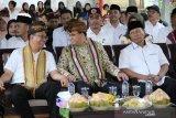 Gubernur Anies Baswedan menyerahkan bantuan warga Jakarta kepada NTB