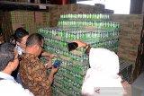 Kepala Badan Pengawasan Obat dan Makanan (BPOM) Banda Aceh, Zulkifli (ketiga kanan) bersama tim gabungan Disperindak dan Polri memeriksa salah satu produk minuman kaleng saat sidak di gudang distributor makanan dan minuman Desa Lamdingin, Banda Aceh, Aceh, Jumat (20/12/2019). Sidak Tim Gabungan BPOM di sejumlah lokasi pusat perdagangan dan gudang distributor itu dalam rangka mengantisipasi peredaran produk kadaluwarsa menjelang Natal dan Tahun Baru. Antara Aceh/Ampelsa.