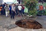 Seorang warga Bukittinggi hilang diduga terperosok ke lubang jalan yang amblas