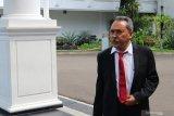 Lima orang anggota Dewan Pengawas KPK  tiba di kompleks istana