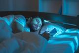 Benarkah mode malam ponsel tak bisa bantu untuk tidur?