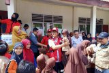 Semen Padang serahkan bantuan peralatan sekolah, pakaian, sembako dan semen di Solok Selatan