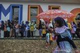 Sejumlah warga penerima manfaat rumah subsidi  mengantre saat pembagian paket sembako gratis pada pembangunan peluncuran program rumah subsidi di Perumahan Mega Mutiara Tasik Regency, Bungursari, Kota Tasik, Jawa Barat, Sabtu (21/12/2019). Kementerian PUPR meresmikan pembagunan rumah bersubsidi Perumahan Mega Mutiara Tasik Regency dilahan seluas 50 hektare yang direncanakan akan dibangun sekitar 3.000 unit rumah, yang diperuntukan bagi masyarakat berpenghasilan rendah (MBR). ANTARA JABAR/Adeng Bustomi/agr