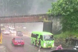 Sempat macet akibat air terjun meluber, polisi sebut kendaraan sudah dapat lewat