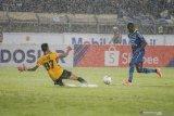 Ezechiel N'Douassel merapat ke klub baru Bhayangkara FC