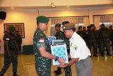Danrem 172/PWY berikan bingkisan Natal kepada prajuritnya