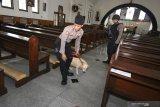Polisi melakukan sterilisasi di Gereja Katolik Santo Mikael, Surabaya, Jawa Timur, Senin (23/12/2019). Sterilisasi tersebut untuk memberikan keamanan dan kenyamanan kepada umat Kristiani dalam menjalankan ibadah pada Hari Natal. Antara Jatim/Didik/ZK